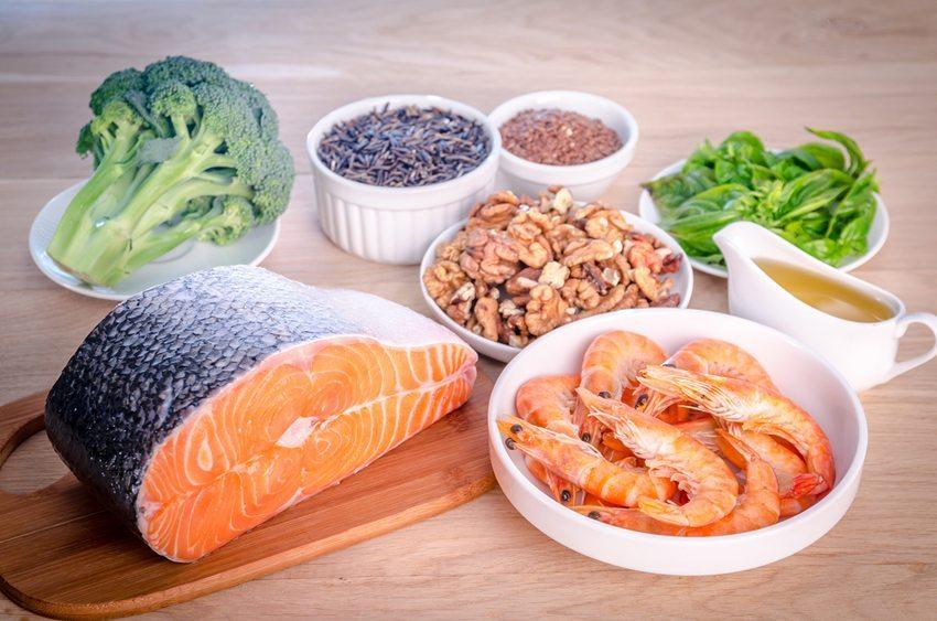 Fisch kann bedenkenlos verzehrt werden, wenn er mit ausreichend Basen bildenden Nahrungsmitteln kombiniert wird. (Bild: alexpro9500 / Shutterstock.com)