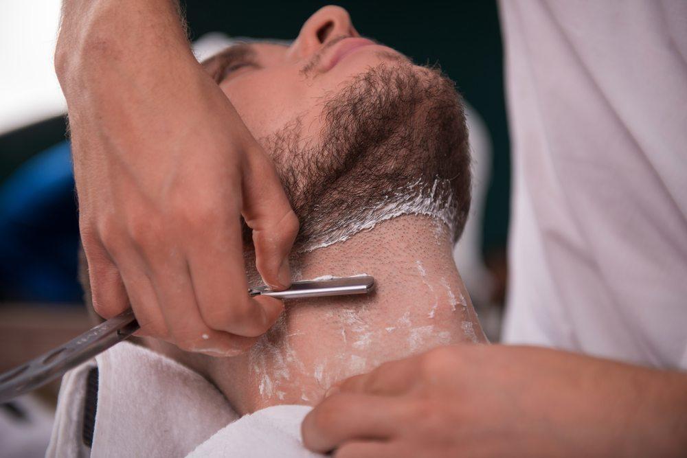 Nassrasierer sind bekannt für ihre sehr gründliche und saubere Rasur. (Bild: © Dmytro Zinkevych - shutterstock.com)