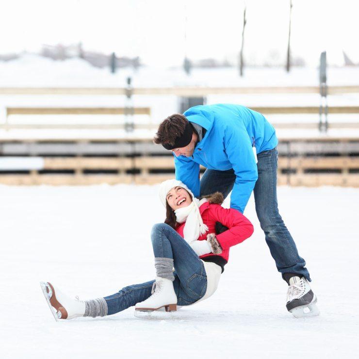 Einen romantischen und lustigen Tag auf dem Eis! (Bild: © Maridav - shutterstock.com)