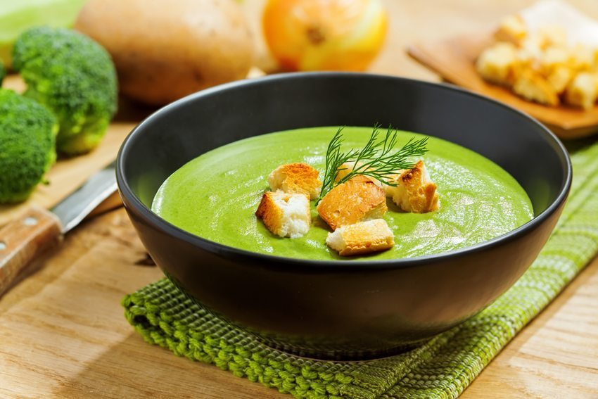 Ein Teller Suppe lässt zur Ruhe kommen und hilft beim Entspannen. (Bild: Maxim Khytra/ Shutterstock.com)
