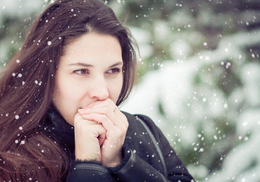 Im Winter trocknet die Haut schnell aus. (milaphotos / shutterstock.com)