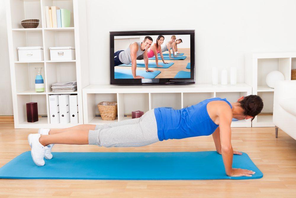Wohnzimmer-Workout statt Joggen (Bild: © Andrey_Popov - shutterstock.com)