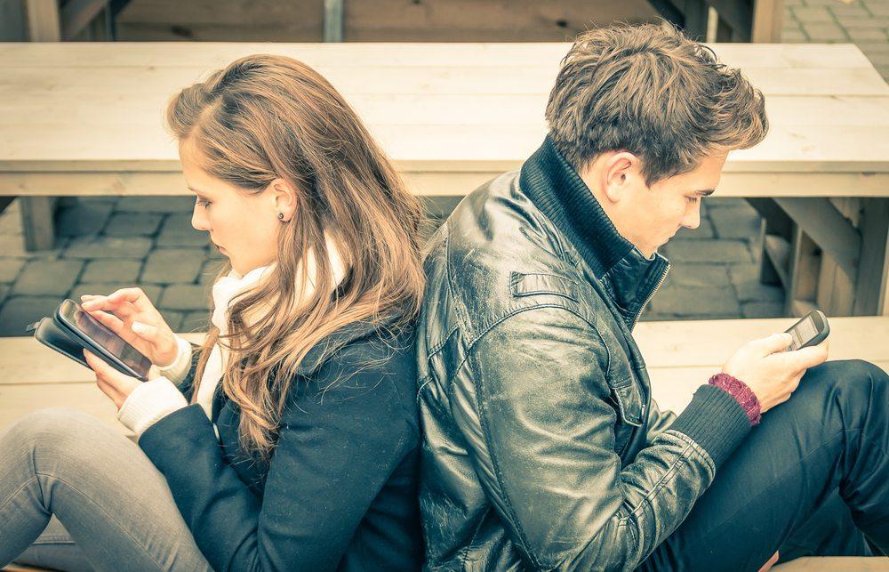 Dem Partner wieder einmal ganz ohne Ablenkung zuzuhören? (Bild: © View Apart - shutterstock.com)