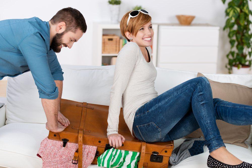 Koffer packen nimmt dem Urlaubsspass manchmal ganz schnell wieder die entspannende Wirkung. (Bild: racorn / Shutterstock.com)