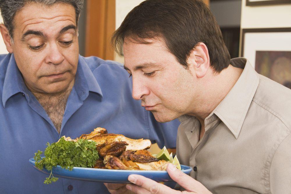 Entwicklungsbiologisch gesehen gehört der Mensch zur Gruppe der Allesfresser (Bild: © Blend Images - shutterstock.com)