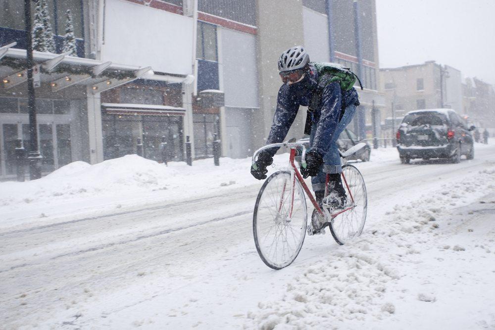 Achten Sie unbedingt auf eine ausreichende Beleuchtung an Ihrem Fahrrad. (Bild: Paul Vasarhelyi / Shutterstock.com)