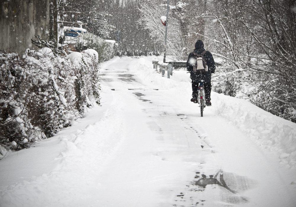 Wenn Sie im Winter mit dem Fahrrad unterwegs sind, vermeiden Sie gefährliche Rutschpartien.  (Bild: vesilvio / Shutterstock.com)