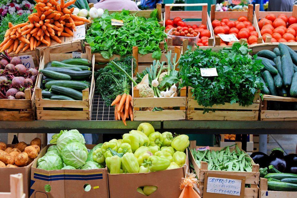 Immer mehr Verbraucher möchten sich von nachhaltig und ökologisch produzierten Lebensmitteln regionaler Erzeuger ernähren. (Oberstes Bild: Baloncici / Shutterstock.com)