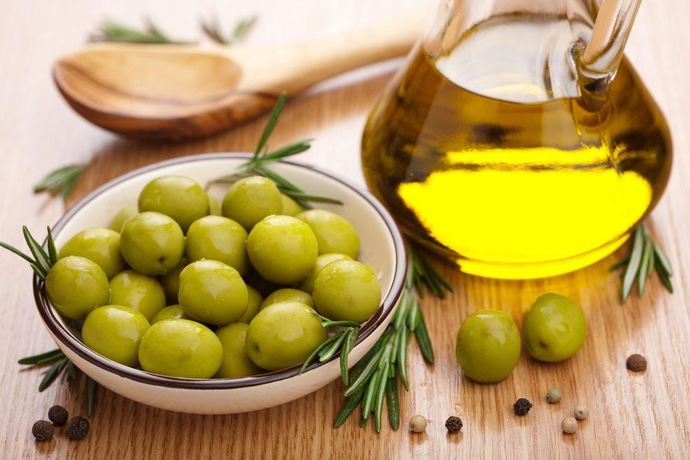 Grüne Oliven enthalten fast ein Drittel weniger Fett als schwarze. (Bild: Olga Miltsova / Shutterstock.com)