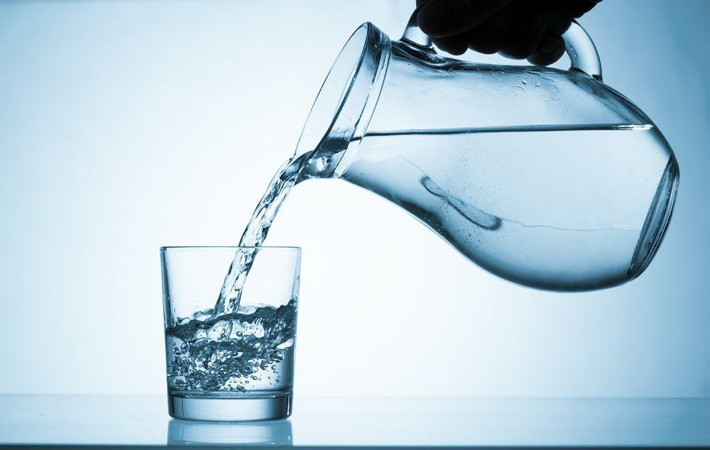 Reichlich Wasser zu trinken ist auch für den Haaraufbau wichtig. (Bild: © sciencephoto - shutterstock.com)