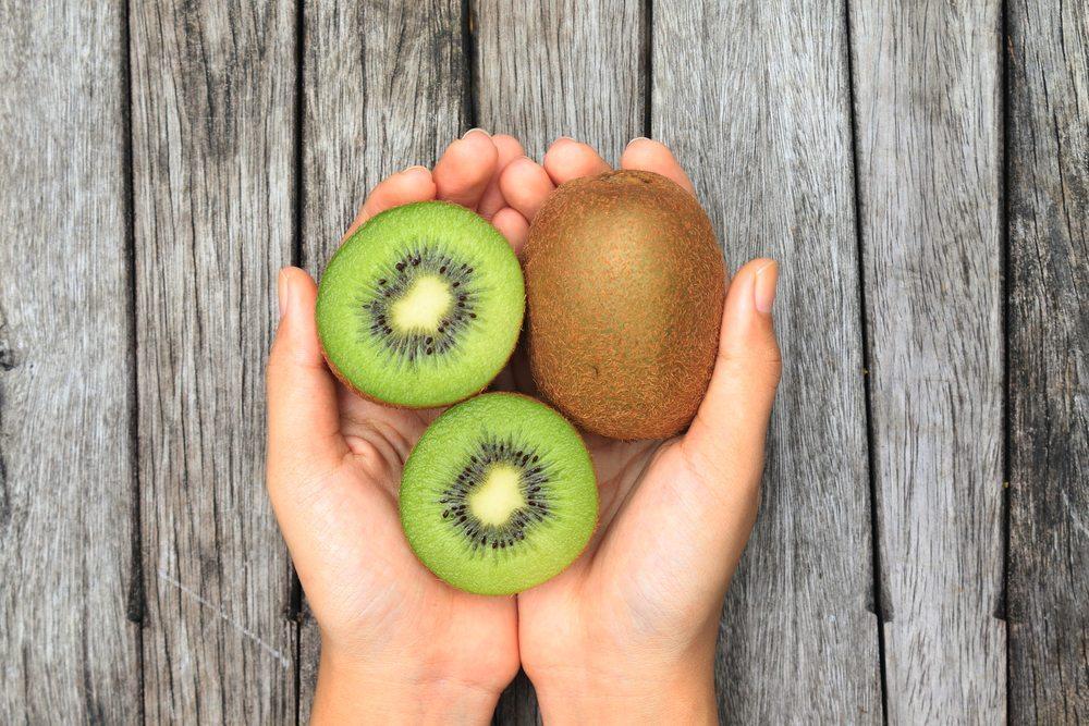 Aussen unscheinbar und innen saftig süss: Die leckere Kiwi ist ein hervorragender Vitamin C-Lieferant. (Bild: Vanatchanan / Shutterstock.com)