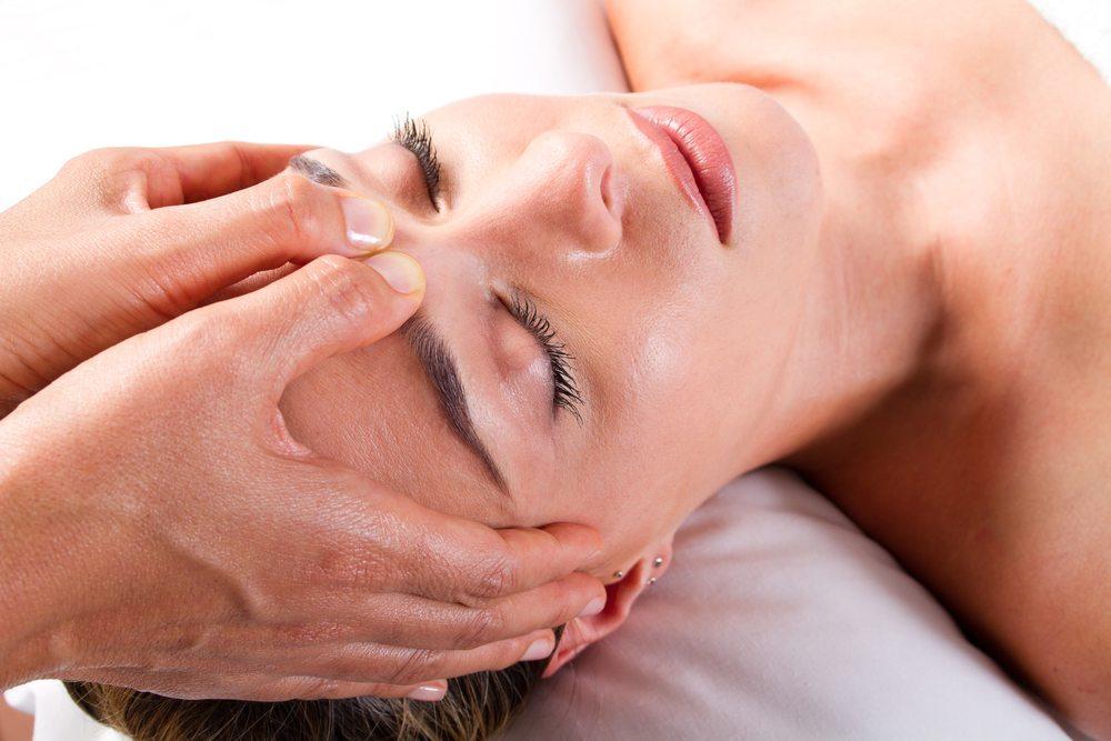 Kopfweh-Attacken können mit sanften Methoden ausgebremst werden. (Bild: michaeljung / Shutterstock.com)