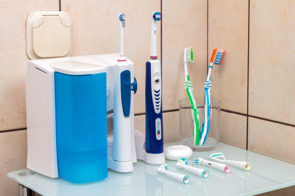 Die elektrische Zahnbürste putzt gründlich und schonend (Bild: Tomislav Pinter / Shutterstock.com)