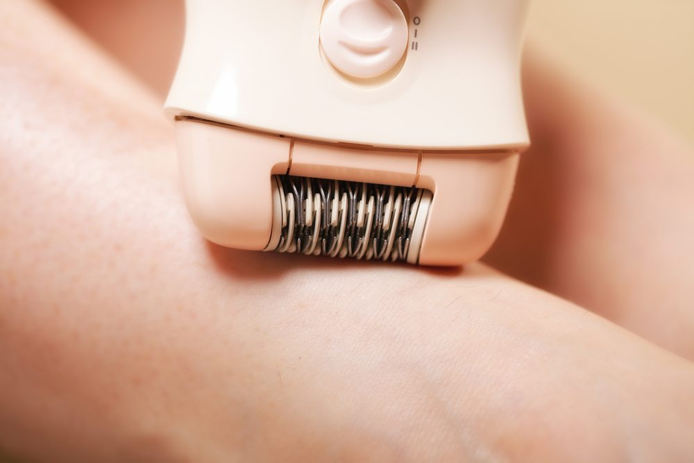 """Der """"Scherkopf"""" eines Epilierers arbeitet nicht mit Messern, sondern mit Pinzetten. (Bild: Voyagerix / Shutterstock.com)"""