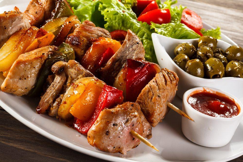 Gemüse als Fleischbeilage wirkt einer Übersäuerung entgegen. (Bild: © Jacek Chabraszewski - shutterstock.com)