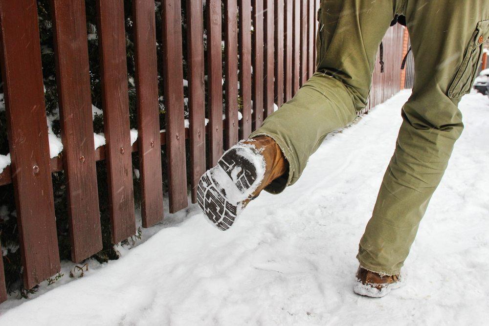Winterschuhe sollen die Füsse schön warmhalten und mit rutschfesten Sohlen Unfällen vorbeugen. (Bild: Agnes Kantaruk / Shutterstock.com)