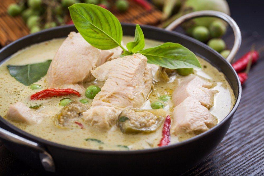 Die saftigen Kokosnüsse gehören in viele exotische Küchen, welche, wie beispielsweise die indische oder thailändische, auch in der Schweiz immer beliebter werden. (Bild: © naito8 - shutterstock.com)