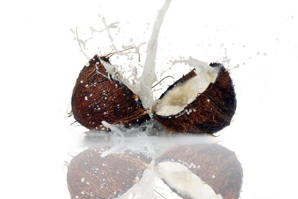 Bei Milchzucker-Unverträglichkeit ist Kokosmilch ein guter Milchersatz. (Bild: Denis Tabler / Shutterstock.com)