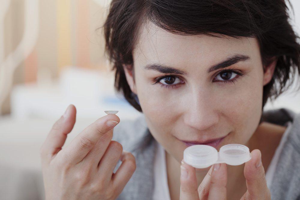 Natürlich beginnen Sie erst dann mit dem Schminken, wenn Sie die Kontaktlinsen tragen. (Bild: Image Point Fr / Shutterstock.com)