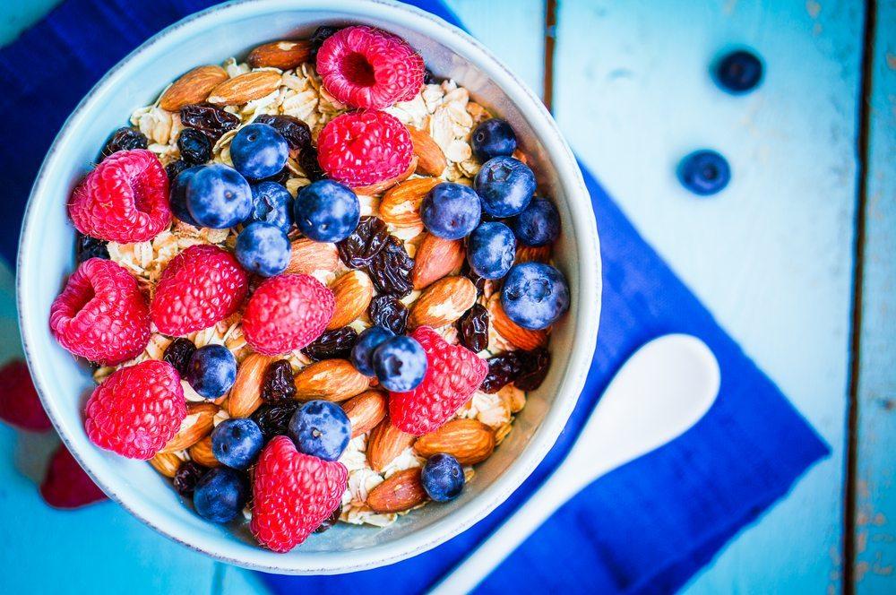Die Superfood-Kombination: Mandeln und Beeren. (Bild: © Alena Hauryli - shutterstock.com)