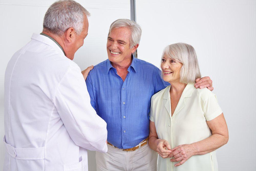 Präventiver Schutz vor Stürzen beinhaltet auch eine gründliche Untersuchung durch den Hausarzt. (Bild: Robert Kneschke / Shutterstock.com)