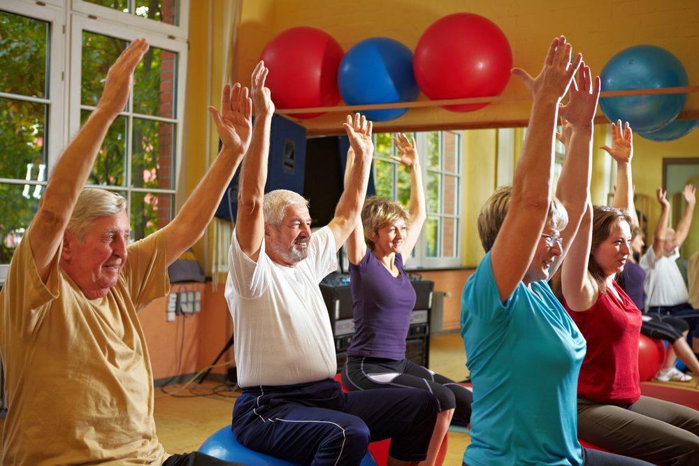 Ältere Menschen sollten so früh wie möglich damit beginnen, etwas für ihre Fitness ihren Gleichgewichtssinn zu tun. (Bild: Robert Kneschke / Shutterstock.com)