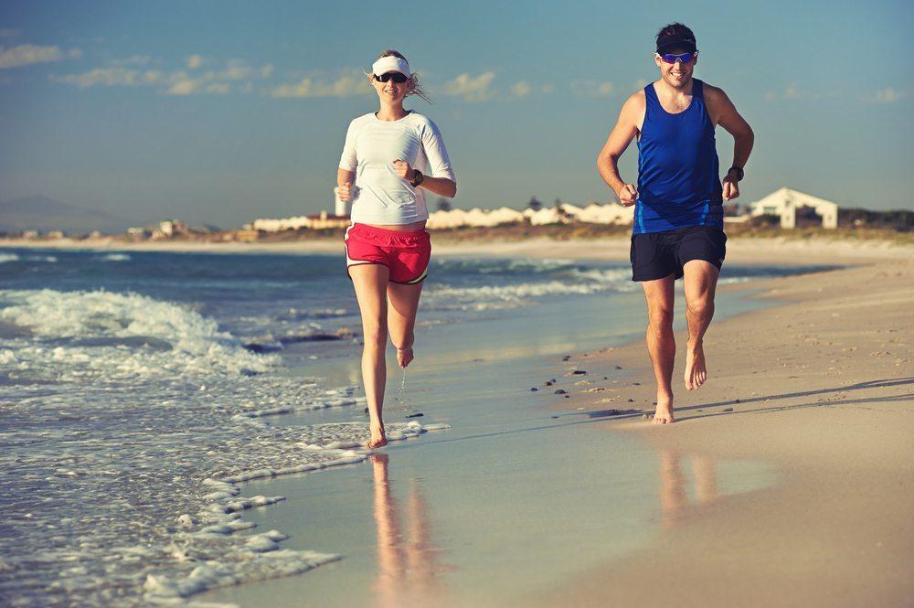 Wagen Sie einen reinen Barfusslauf an einem Sandstrand. (Bild: Warren Goldswain / Shutterstock.com)