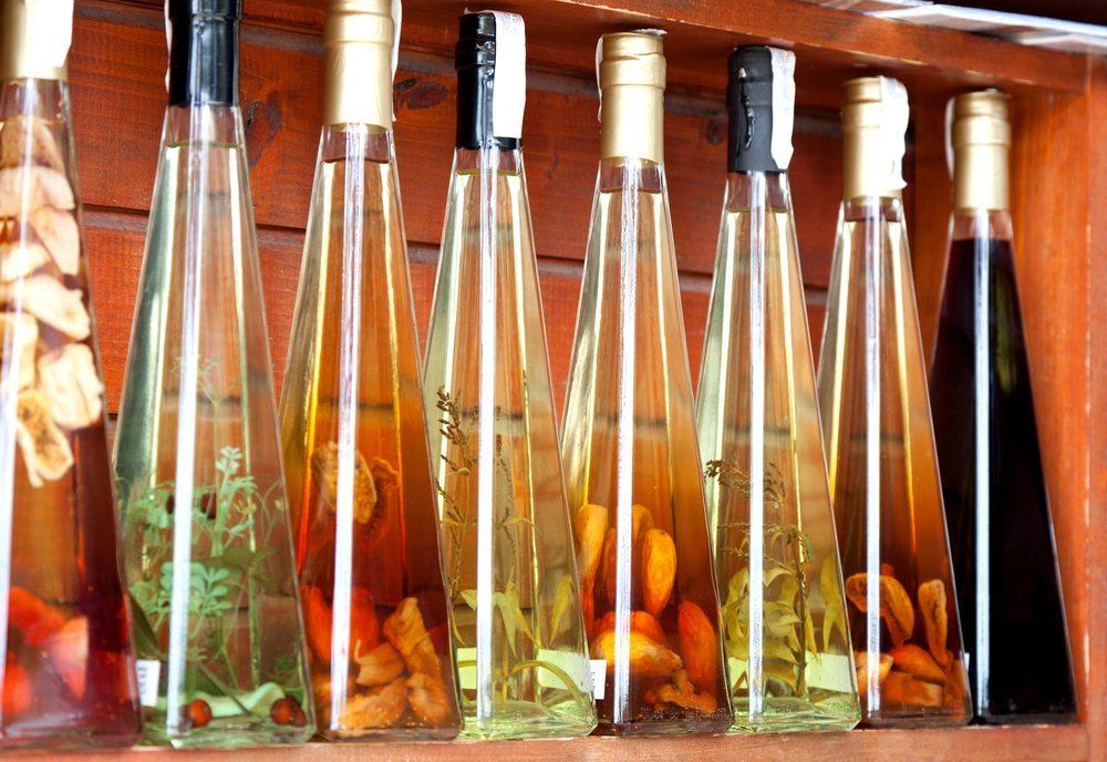 Kräuteressige geben vor allem Salaten eine würzige Note. (Bild: motorolka / Shutterstock.com)