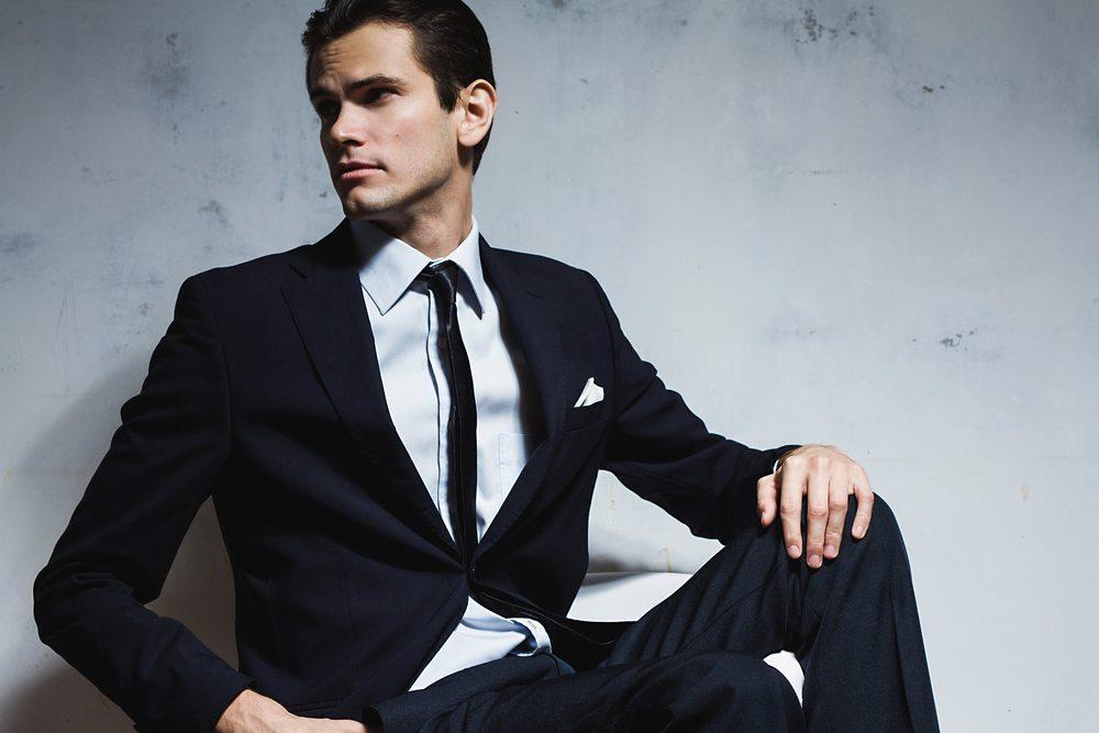 In diesem Jahr bleiben die Krawatten schmal und neu fallen sie weicher als bisher. (Bild: Margarita Nikolskaya / Shutterstock.com)