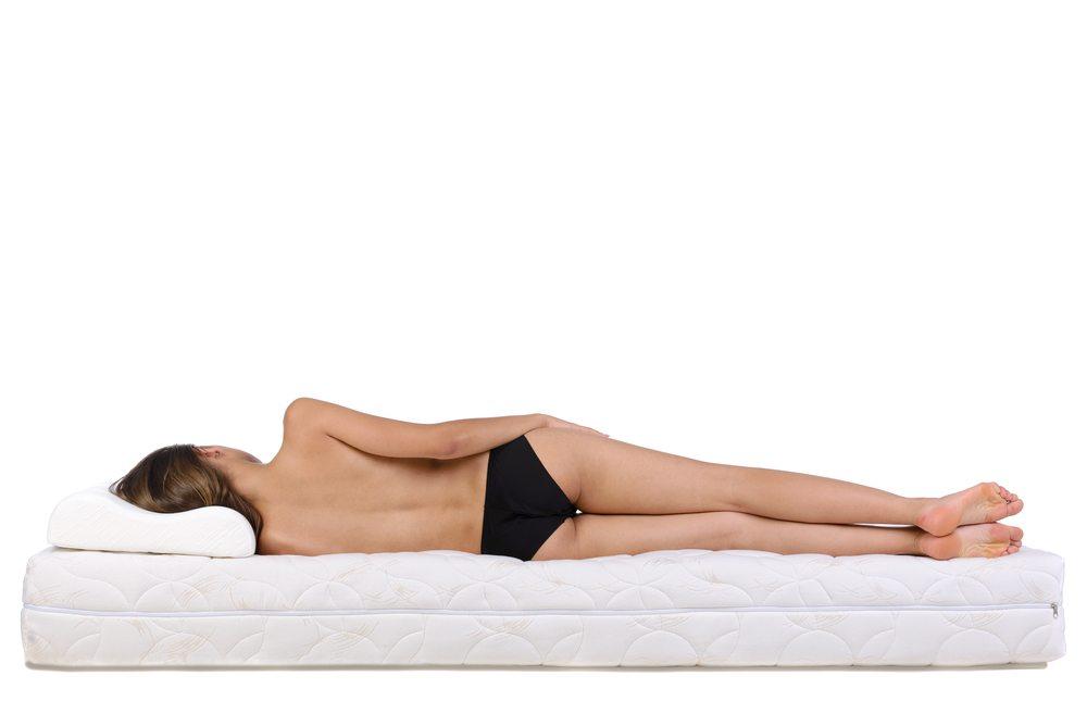 Die Kaltschaummatratze passt sich sehr gut dem Körper an (Bild: VGstockstudio / Shutterstock.com)