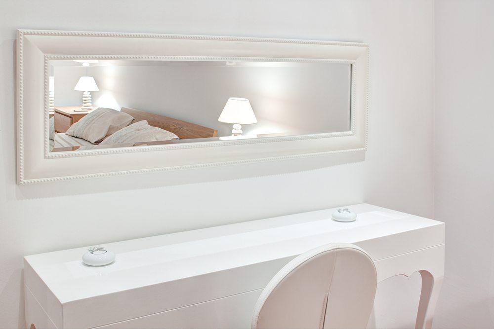 Spiegel können in fast jedem Raum sinnvoll sein. (Bild: © Sergio Stakhnyk - shutterstock.com)