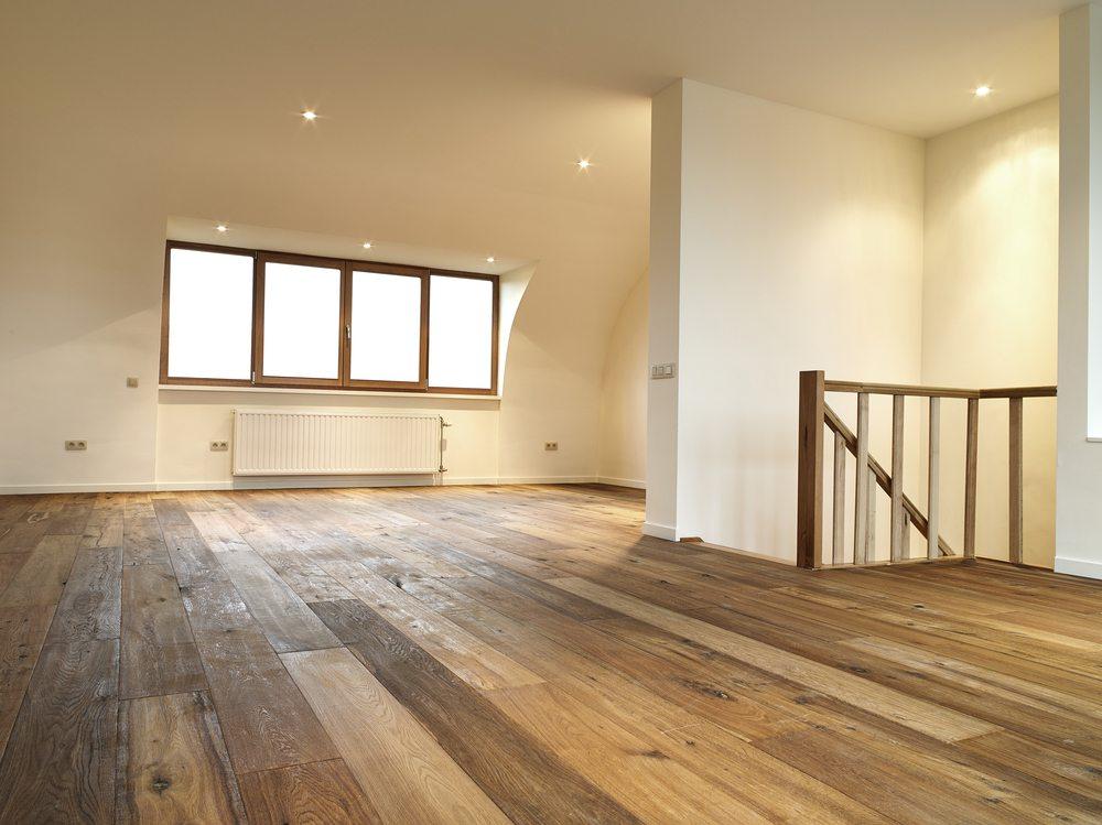 Ein Boden aus Holz ist besonders schadstoffarm. (Bild: © pbombaert - shutterstock.com)