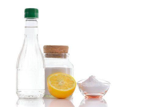 Natron und Essig sind natürliche Reinigungsmittel für die Haare. (Bild: Geo-grafika / Shutterstock.com)