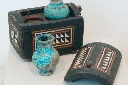 Kosmetikkästchen mit zwei Salbgefäßen aus Ägypten, um 1400 v. Chr. (Bild: Andreas Praefcke, Wikimedia)