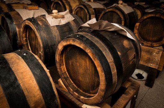 Während des mindestens 12 Jahre dauernden Reifeprozesses entsteht aus dem Essig der begehrte Balsamico. (Bild: Gua / Shutterstock.com)