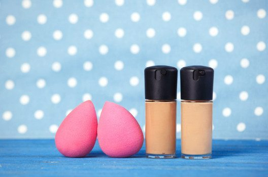 Beautyblender: Beautybegeisterte Frauen schminken sich jetzt mit pinkfarbenen Eiern. (Bild: asson / Shutterstock.com)