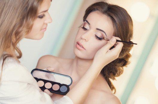 Hochzeits-Make-up: Lieber zu klassischen Farben greifen und natürliche Looks kreieren. (Bild: SunKids / Shutterstock.com)