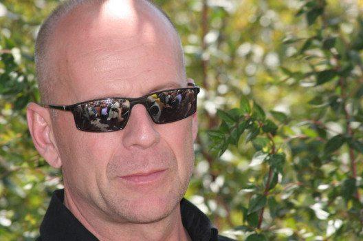 Filmstars wie Bruce Willis machen es vor: Ein Mann mit Glatze muss weder älter noch weniger attraktiv aussehen. (Bild: cinemafestival / Shutterstock.com)