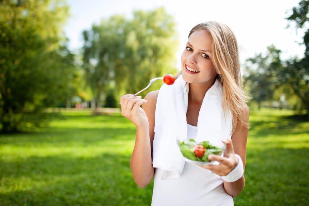 Wer nach dem Training richtig isst und sich richtig erholt, kann sich über bessere und schnellere Erfolge freuen. (Bild: © baranq - shutterstock.com)