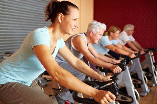 Für viele Schweizer gehört der regelmässige Besuch im Fitnessstudio zum Alltag. (Bild: Robert Kneschke / Shutterstock.com)