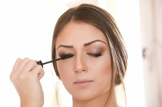 Wer Mascara und einen feinen Pinsel hat, kann ihn als Eyeliner verwenden. (Bild: Aleksandar Kamasi / Shutterstock.com)