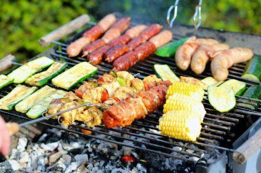 Nicht nur Fleisch und Fisch auch Geflügel, Gemüse, vegetarische Grillwürste sowie Tofu gelingen auf dem Grill. (Bild: CroMary / Shutterstock.com)