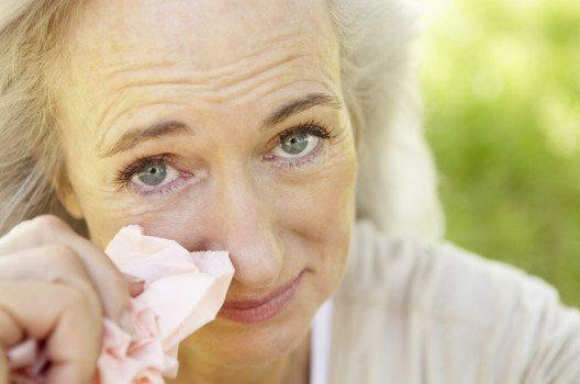 Tränende, juckende und geschwollene Augen sind eines der häufigsten Symptome bei Heuschnupfen. (Bild: Monkey Business Images / Shutterstock.com)