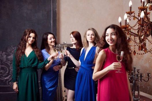 Farbige Damenkleider sind einer Hochzeitsfeier auf alle Fälle angemessen. (Bild: Lia Koltyrina / Shutterstock.com)
