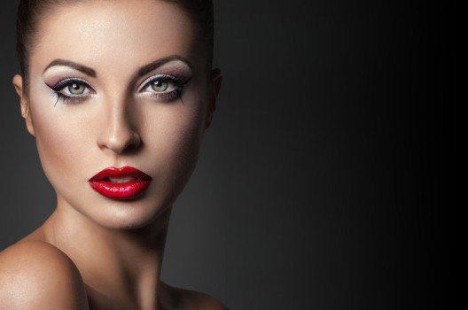 Mit roten Lippen durch den Sommer (Bild: FlexDreams / Shutterstock.com)