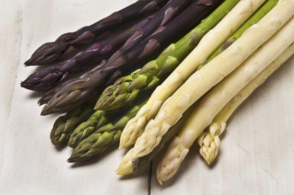 Der weisse, violette oder grüne Spargel. (Bild: © KPG Payless2 - shutterstock.com)