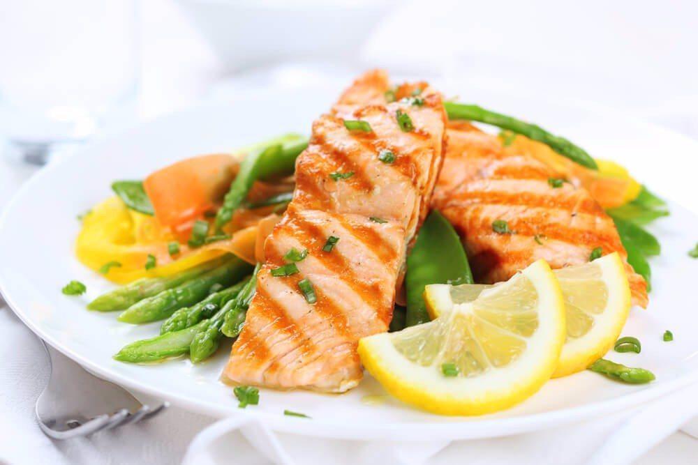 Die Südeuropäer essen weniger Fleisch, sondern setzen auf frisch zubereiteten Fisch. (Bild: © ElenaGaak - shutterstock.com)