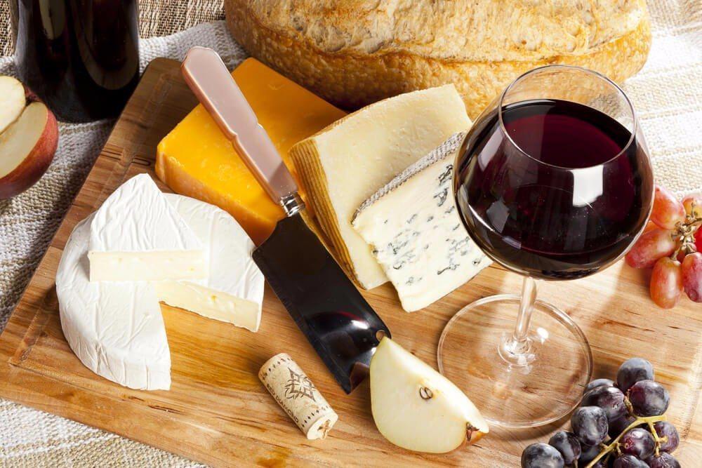 Eiweiss und Kalzium liefern Käseprodukte, die sich täglich auf der mediterranen Tafel finden. (Bild: © Brent Hofacker - shutterstock.com)