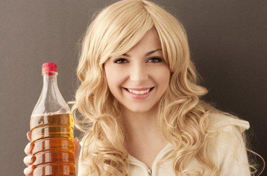Apfelessig macht Haare glänzend und schön. (Bild: DreamBig / Shutterstock.com)
