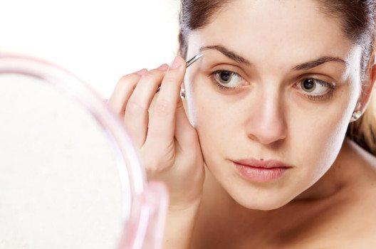 Ohne Pinzette geht es auch beim natürlichen Look nicht. (Bild: vitals / Shutterstock.com)